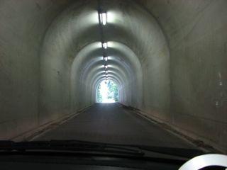 狭いトンネル
