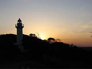 太東崎灯台に隠れるように沈む太陽